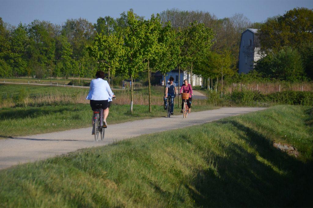 Der Emscherweg verbindet die Auen an der Stadtgrenze mit der Emscherquelle in Holzwickede und der Emschermündung in Dinslaken.