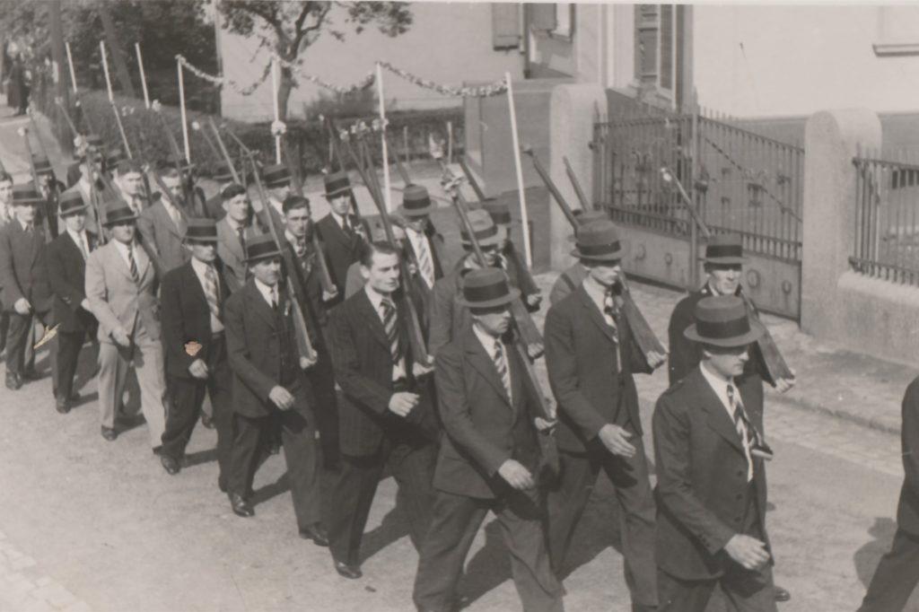 Mit Holzgewehren marschierten die Lanstroper Schützen 1938 durch die Straßen