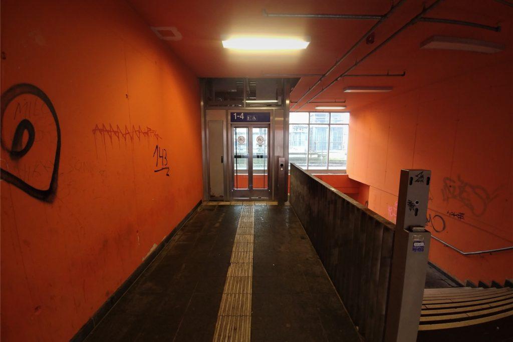 Ein unangenehmer Geruch liegt in der Luft, sobald am Bahnhof der Gehweg verlassen wird. Laut Heidemarie Lyding-Lichterfeld (SPD) sei bei der Politik eine zusätzliche öffentliche Toilette im Gespräch – vielleicht sorgt das für mehr Sauberkeit am Bahnhof.