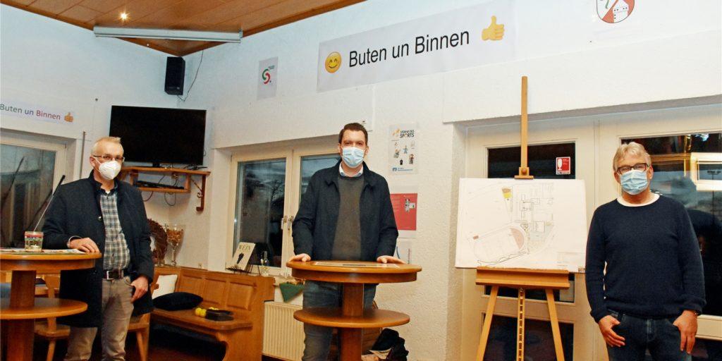 Bürgermeister Werner Stödtke, SC-Geschäftsführer Tobias Sicking und Ideengeber Hubert Stenert (v. l.) stellten in einem Pressegespräch im Clubheim des SC Südlohn ihre Motivation für das Projekt
