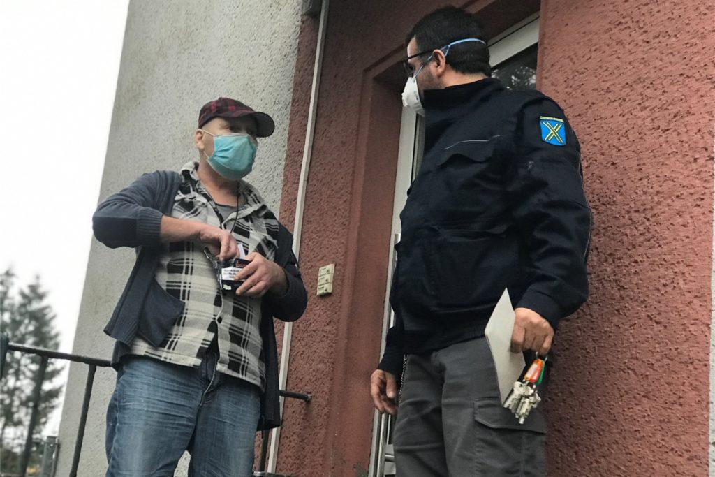 Der Obdachlose Kai-Uwe mit Youssef Anan, Mitarbeiter der Stadt im Bereich Migration/Obdachlose, vor der Wohnung an der Harkortstraße, in der er untergebracht ist. Rauchen darf er nur draußen.