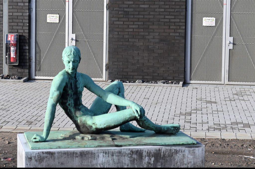 Die Jünglings-Skulptur vor dem Gebäude ist nicht von Tisa und dort nur
