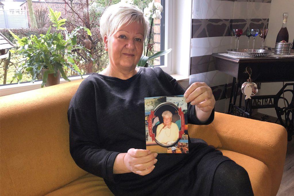 """Susanne Karsten mit einem Foto ihrer Mutter Marlis Hupe: """"Sie hatte Spaß am Leben."""""""