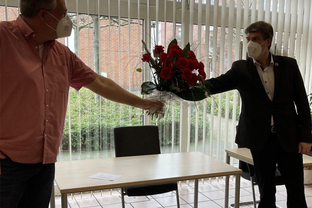 SPD-Parteichef Norbert Janßen (l.) gratuliert Michael Thews zum Briefwahlergebnis.