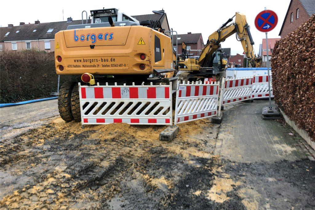 Die Straßen- und Kanalbauarbeiten in der Straße Zur alten Windmühle schreiten zügig voran. Das führt dazu, dass der Nienkamp von dort aus erstmal nicht zu erreichen ist.