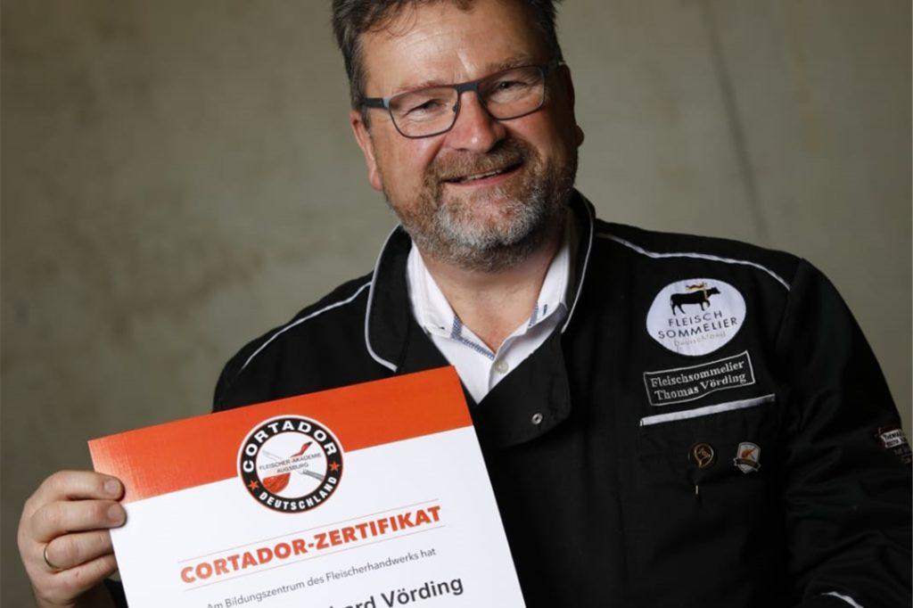 Thomas Vörding zeigt stolz sein Cortador-Zertifikat.
