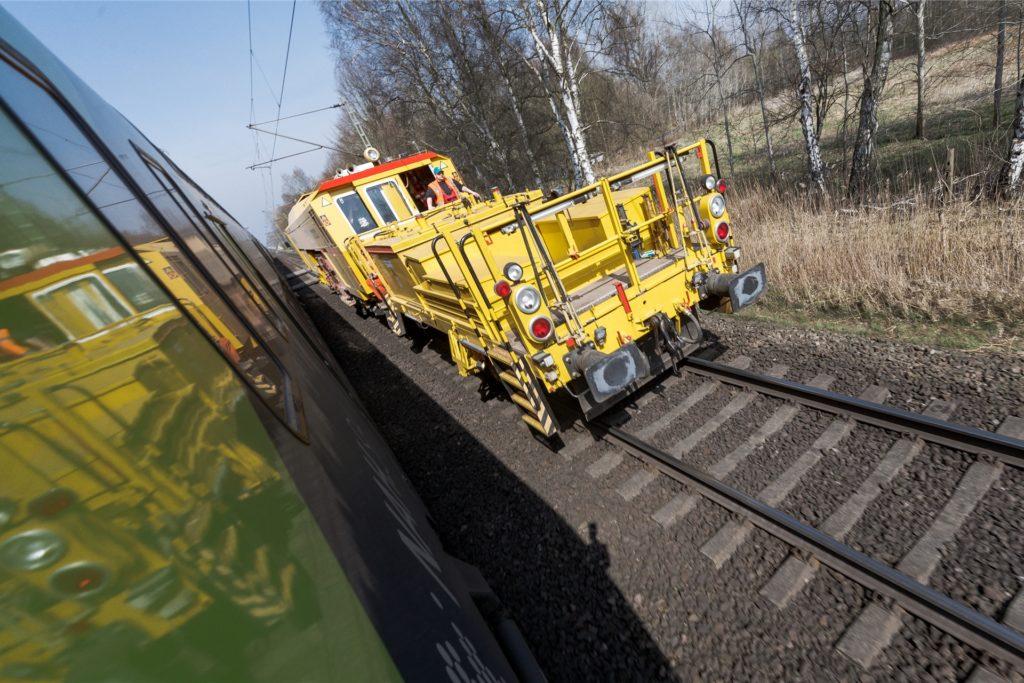 Eine Gleisstopfmaschine wie diese wird bald auf der Strecke der Eurobahn RB50 zwischen Dortmund und Münster zum Einsatz kommen. Hier stehen Nacharbeiten an, die unumgänglich sind, wie ein Bahnsprecher erklärt.