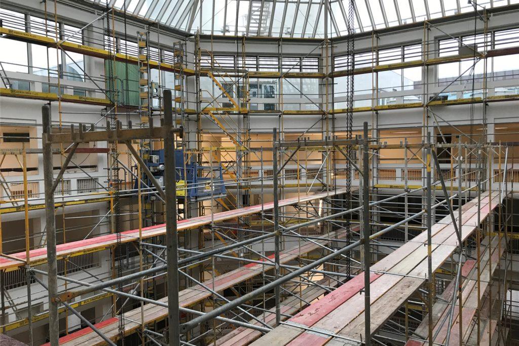 In der Bürgerhalle, dem Herzstück des Rathauses, ist ein riesiges Gerüst entstanden.