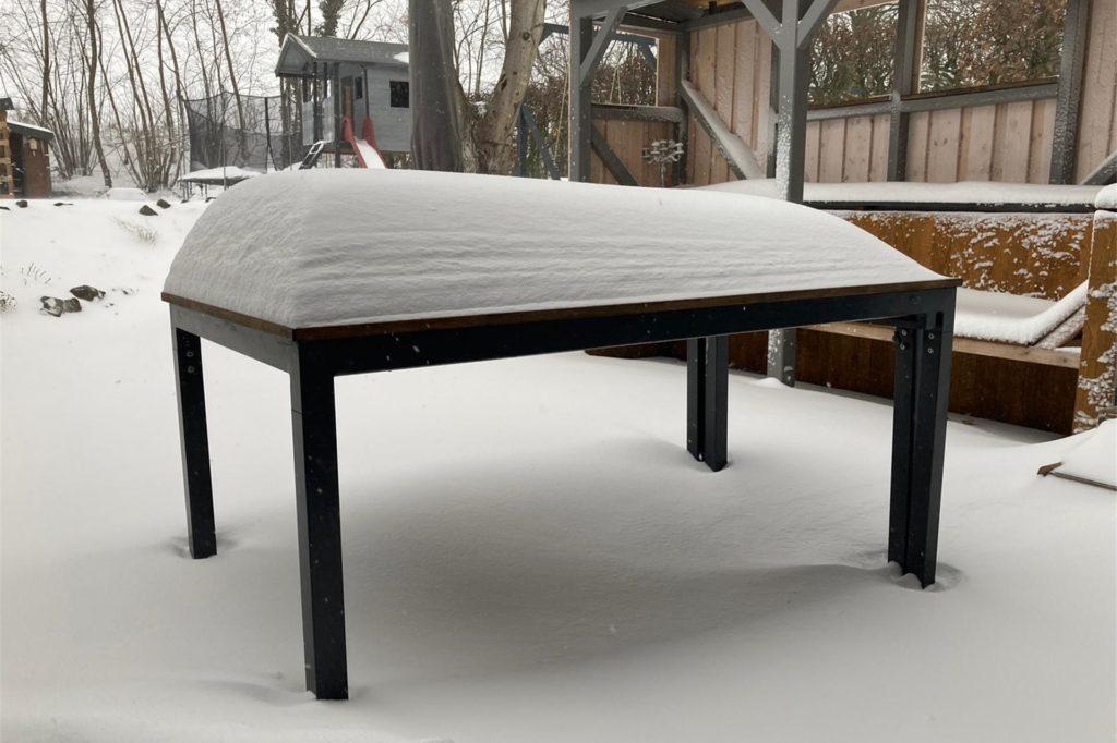 Beim Blick in den Garten wird deutlich, wie stark es in der Nacht geschneit hat.