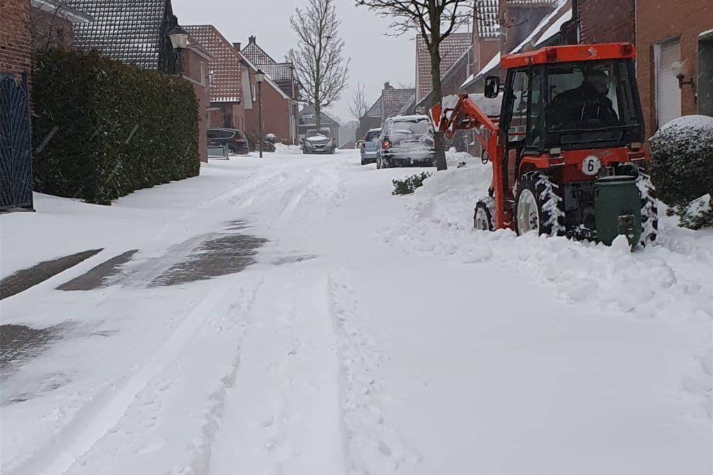 Auf der Geiststraße in Herbern räumt ein Anwohner die Gehwege mit einem kleinen Traktor frei.