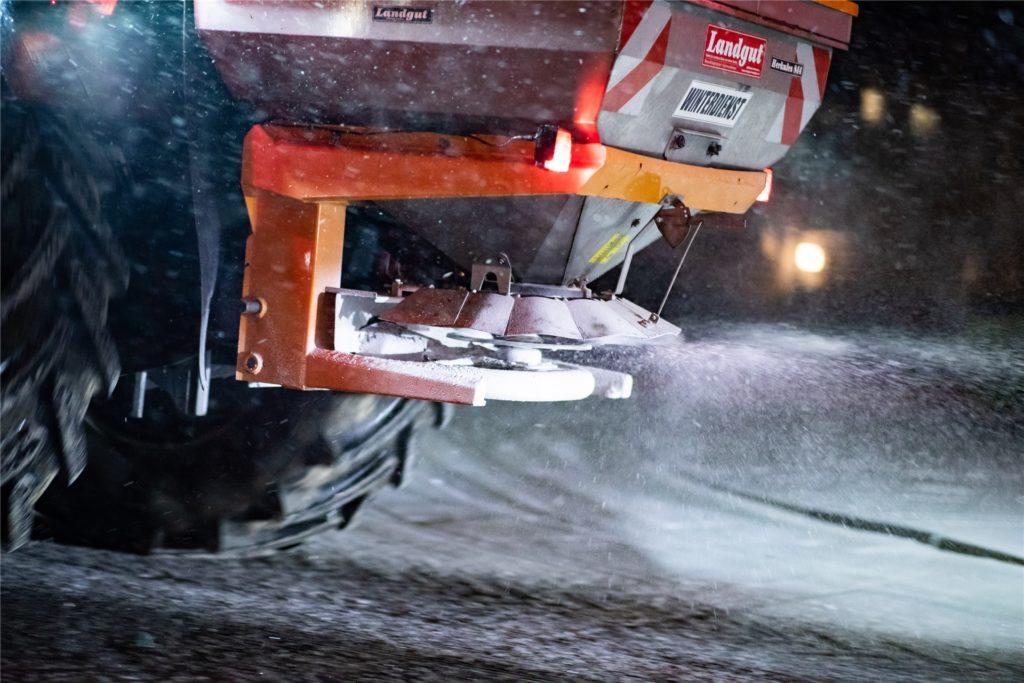 Das Salzgemisch, das auf die Straße gebracht wird, wirkt vor allem, wenn der Schnee schon weg ist. Die Kräfte der Autobahnmeisterei räumen erst und streuen dann.