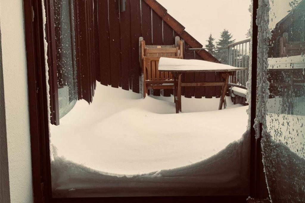 Der Balkon von Laura Hoffmann aus Haltern ist von Schnee bedeckt.