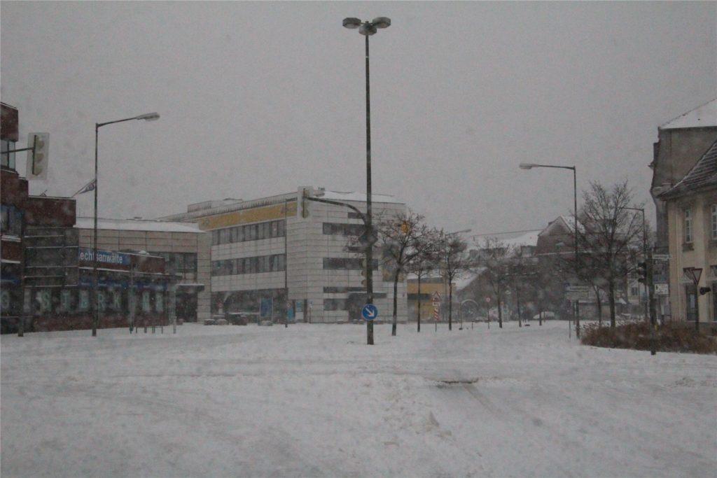 Sonst ein Verkehrsknotenpunk., am Sonntagvormittag im Schneesturm verwaist: die Kreuzung Kurt-Schumacher-Straße/Cappenberger Straße mitten in Lünen.