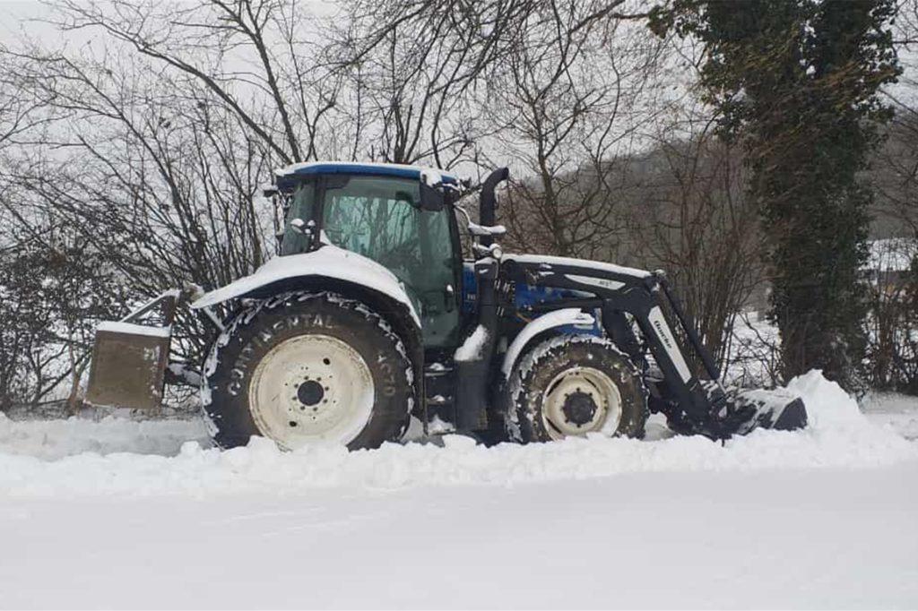 Landwirte helfen mit beim Schneeräumen.