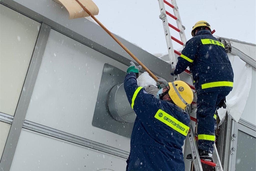 Das Technische Hilfswerk (THW) hat am Sonntagvormittag vorsichtshalber das Dach des Impfzentrums von Schnee und Eis befreit.