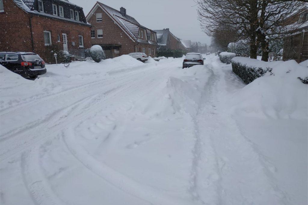 Auch auf den Ascheberger Straßen sammelte sich der Schnee, Autos wurden zugeschneit.