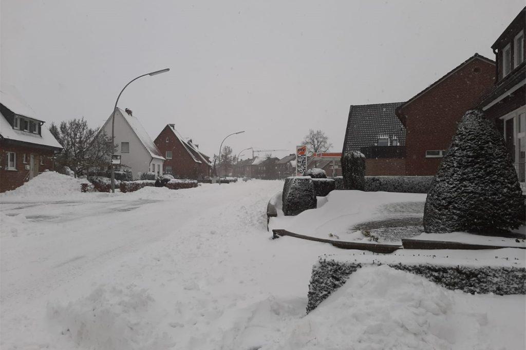 Auch in Davensberg türmte sich der Schnee auf den Straßen und an den Häusern.