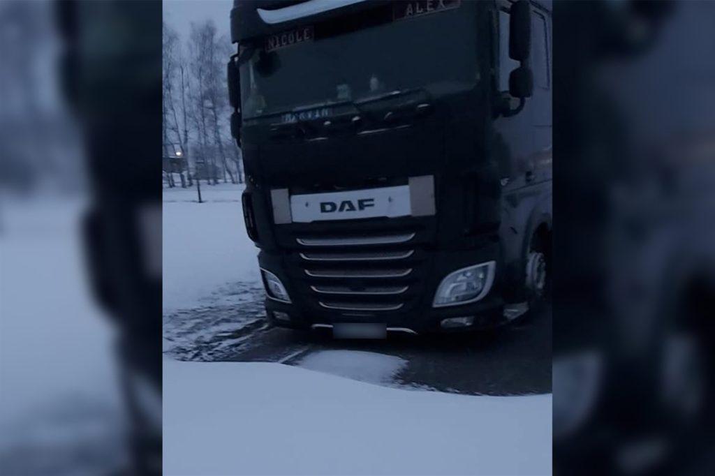 Der Lkw von Alexander Baltusis ist auf dem zugeschneiten Hattrupweg gefangen. Über Facebook fragte er Ascheberger nach Hilfe.