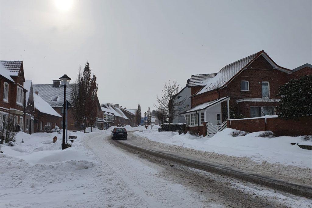 Die B 54 in Richtung Werne ist am frühen Montagnachmittag (8. Februar) noch immer in reichlich Schnee eingehüllt.
