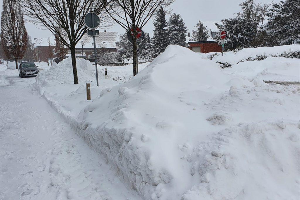 An den Straßenrändern türmt sich meterhoch der Schnee.