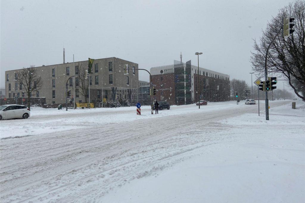 Auch auf der Kurt-Schumacher-Straße gibt es am Montagmittag eine geschlossene Schneedecke. Das heißt allerdings nicht, dass die Straße nicht geräumt wurde, wie Stadtsprecher Benedikt Spangardt erklärt.