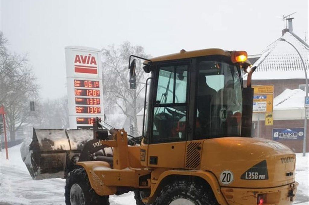 An der Avia-Tankstelle können sich die Schneeräumer bei Gratis-Kaffee aufwärmen.