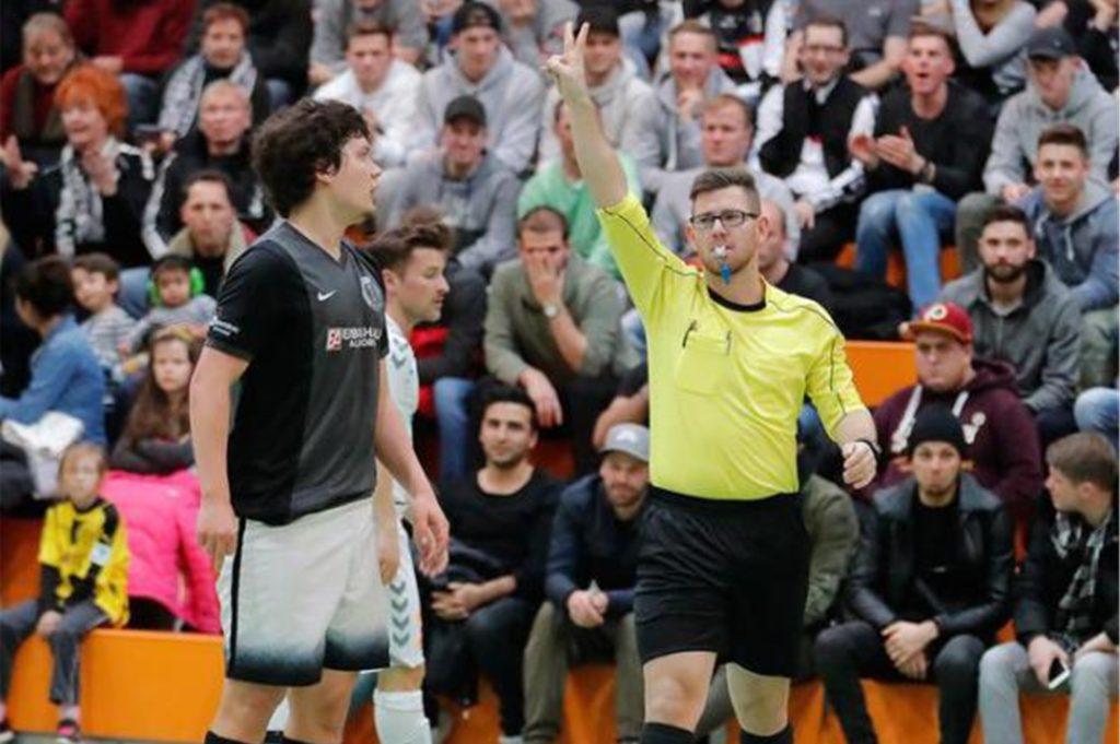 Kevin Bülhoff ist normalerweise auch bei der Hallenstadtmeisterschaft in Dortmund an der Pfeife.