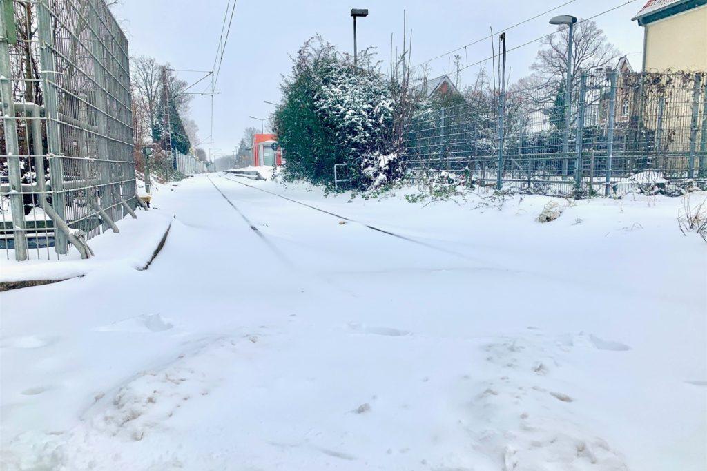 Wo sonst Züge fahren, eine Schneedecke: Der Bahnhof in Sölde.