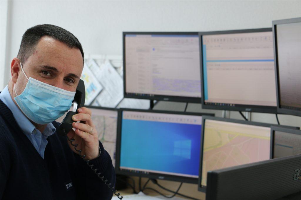 VKU-Fahrdienstleiter Esat Brahimi in der Leitstelle der VKU an der Lünener Straße in Kamen.