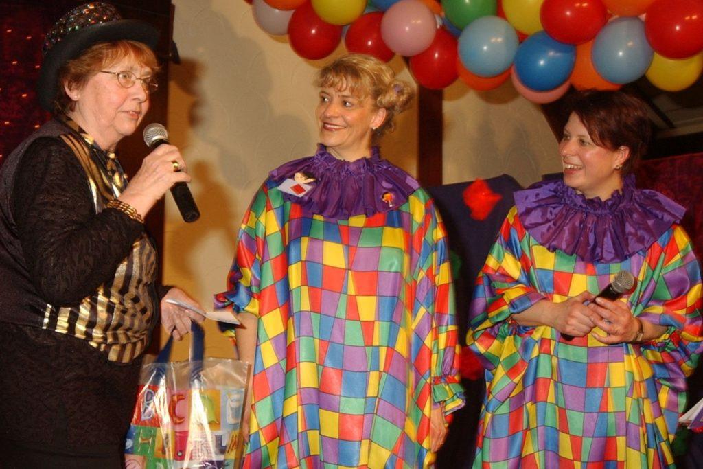 """Ulla Fleischer mit ihren """"Nachfolgerinnen"""" (Anne Pitz-Fleischer, Beate Robert, v.l.) in den damaligen, eigens für den Frauenkarneval entworfenen Kostümen,"""