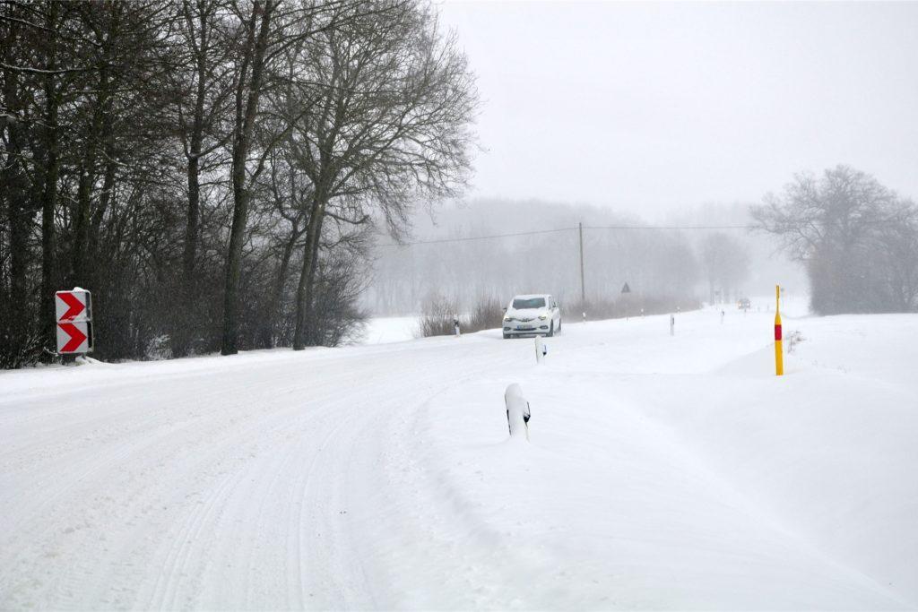 Der Blick ins Altendorf zeigt eine tiefverschneite Fahrbahn. Kaum noch zu erkennen sind die Leitpfosten, dies ist besonders gefährlich, da die Straße von tiefen Gräben gesäumt wird.