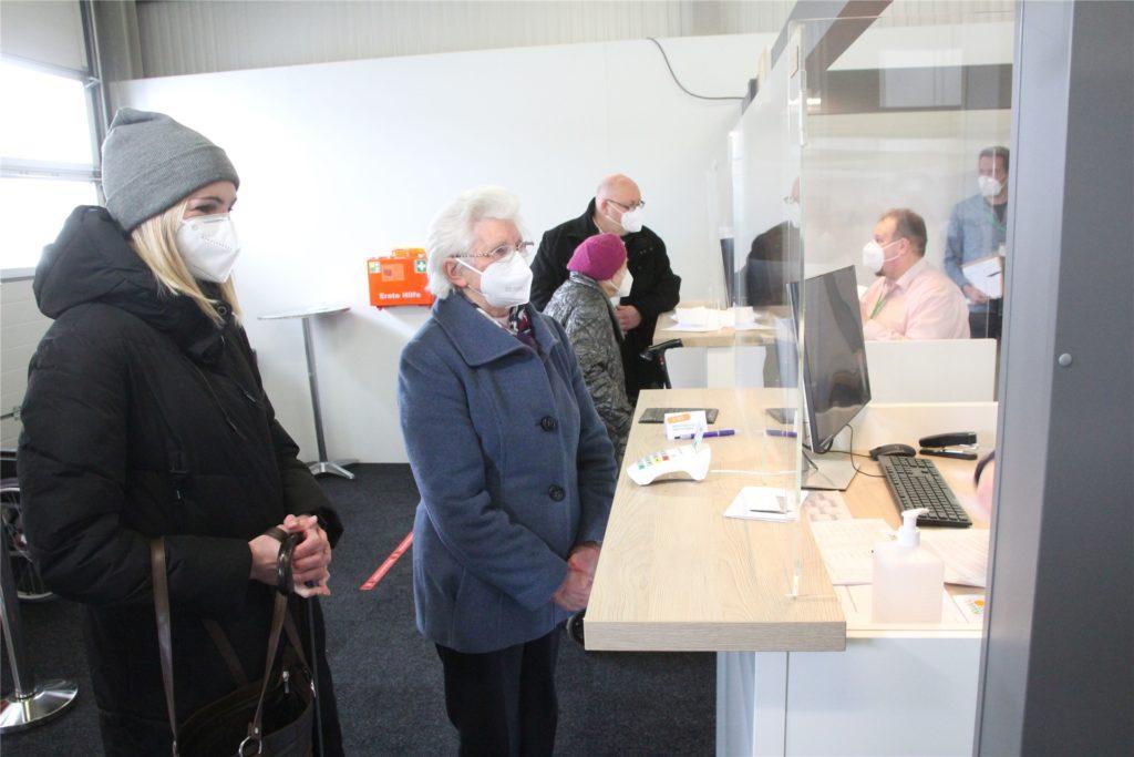 Die ersten Patienten wurden am Montag im Impfzentrum des Kreises Borken in Velen begrüßt. Die 93-jährige Alwine Hagemann aus Reken kam in Begleitung ihrer jüngsten Enkelin Anna.