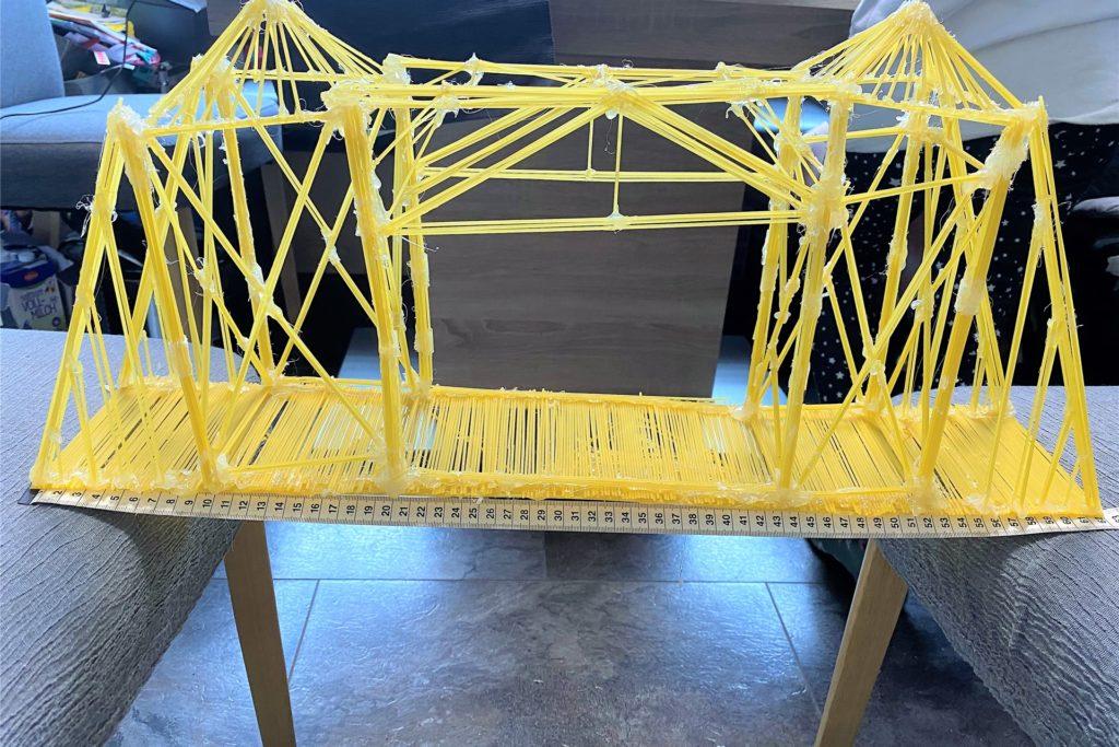 Tolle Nudel-Brücken haben die Technik-Realschüler während des Distanzunterrichts angefertigt.