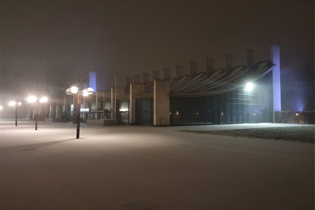 Eine schneebedeckte Fläche bot sich am Samstagabend den wenigen Spaziergängern am Stadtmittelpunkt zwischen Rathaus, Europahalle und Stadthalle.