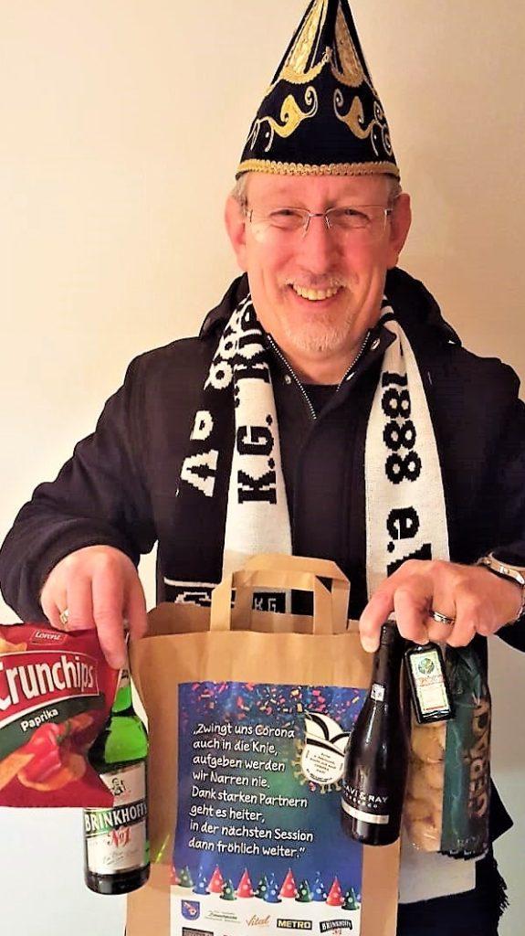 """Rainer Lahme zeigt die """"Karneval-to go""""-Tüte. Der """"Kiek es drin""""-Präsident freut sich über die große Unterstützung lokaler Unternehmen."""