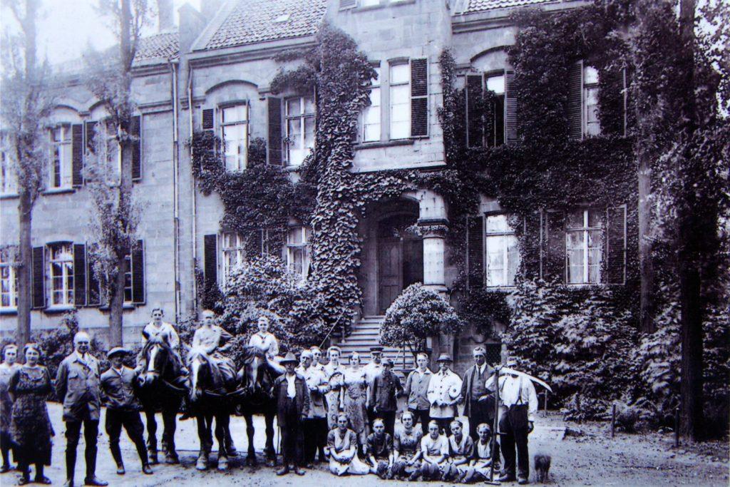 Adolph Heinrich Overweg hat sich für das Foto mit seiner Familie und Hofangestellten vor dem Herrenhaus von Gut Reichsmark versammelt, um circa 1900.