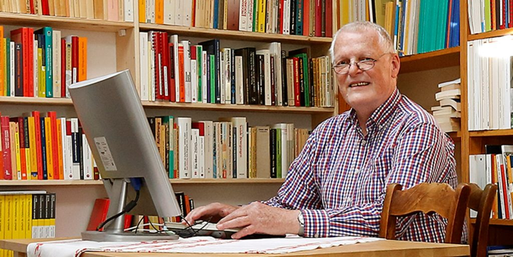 Wie gut klappt Schule in der Corona-Zeit? Detlef Fickermann, hier in seinem Büro in Kamen, hat über 80 Forschungsprojekte zu Schulen in der Corona-Pandemie ausgewertet.