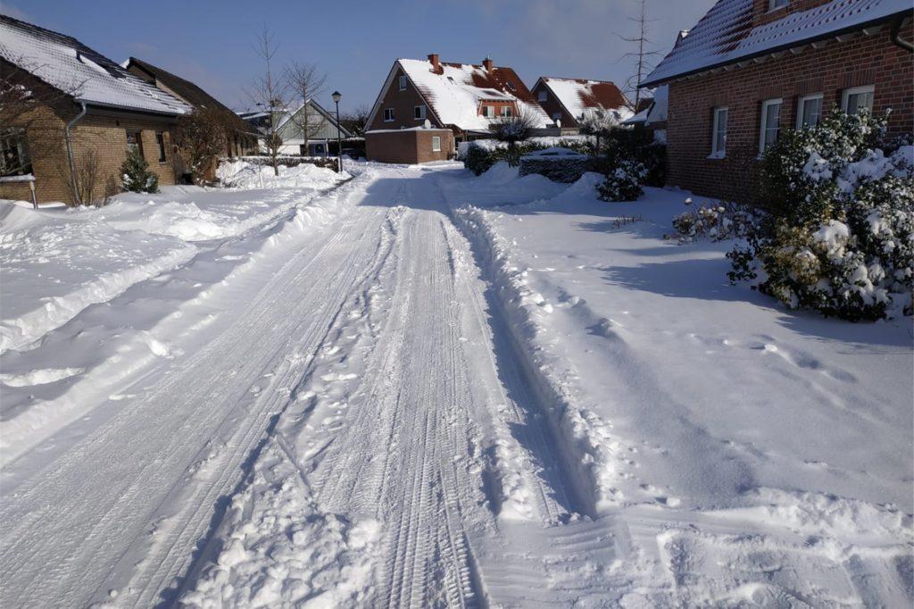 Es deutet sich an, wo die Straße unter der Schneedecke verläuft.