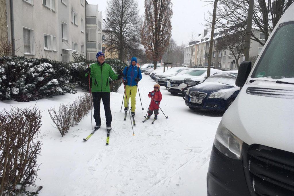 Drei Generationen beim Langlauf im Saalandstraßenviertel auf der Chemnitzerstraße.