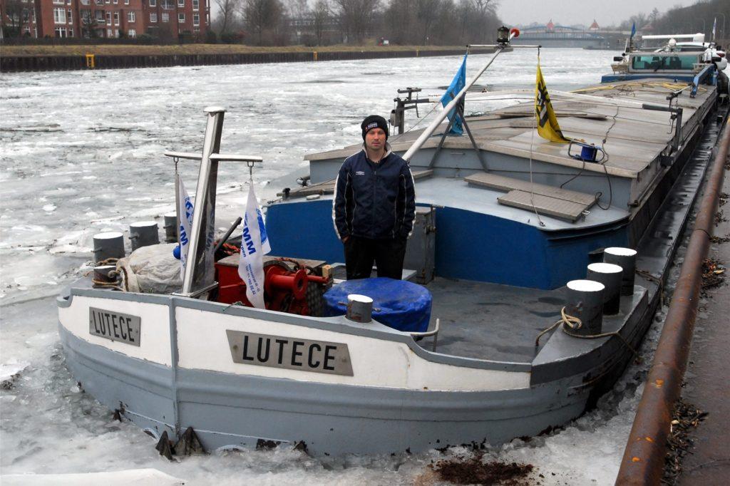 """Binnenschiffer Anthony Manouvrier saß mit seinem Schiff """"Lutece"""" beim Dauerfrost 2012 tagelang in Dorsten fest."""