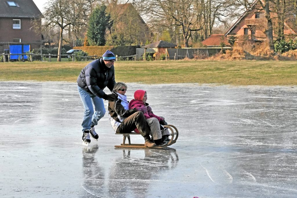 Eine überschwemmte Wiese am Napoleonsweg verwandelte sich beim Dauerfrost 2012 in eine Eisfläche und sorgte für Freude bei Schlitten- und Kufen-Fans.