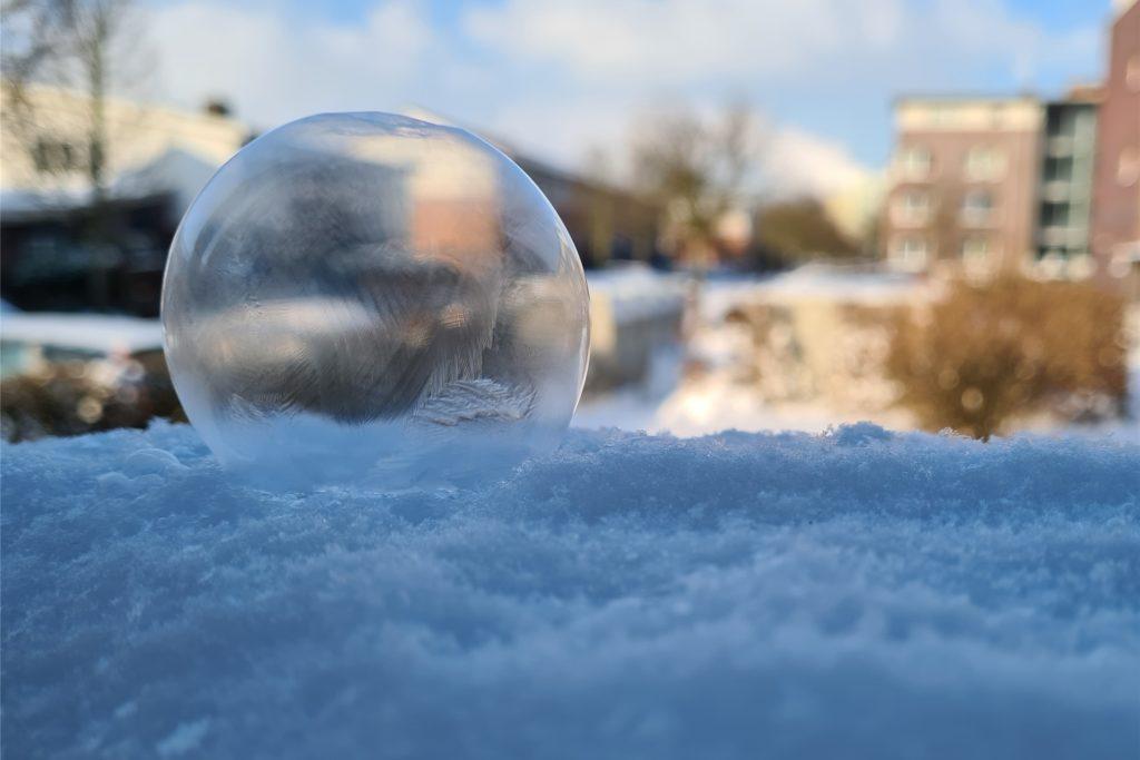 Das aktuelle Wetter bringt Gefahrenpotential mit sich - aber auch schöne und teils kuriose Erscheinungen: Nadine Tembaak aus Werne fotografierte eine gefrorene Seifenblase auf ihrem Balkon.