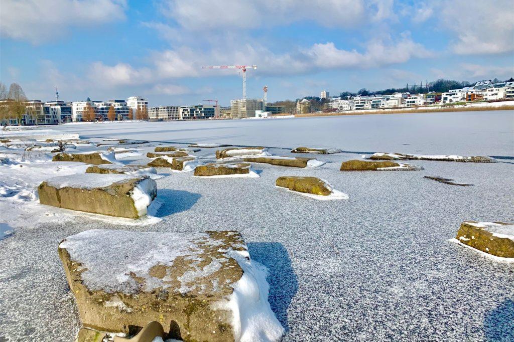 Am Ufer gibt es schon eine Eisschicht. Doch die ist trügerisch.