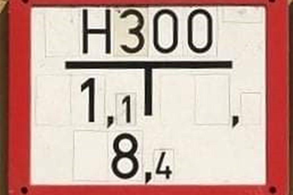Das Hydrantenschild beschreibt genau die Position des Hydranten im Gehweg oder in der Straße. In diesem Bild befindet sich der Hydrant vom Schild aus 8,4 Meter nach vorne und 1,1 Meter nach links.