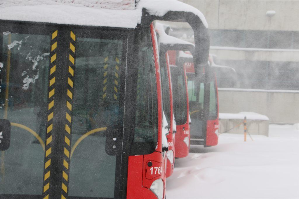 Die VKU testet am Dienstagmorgen bei einer Probefahrt die Straßenverhältnisse. Der Bus rollt vom Betriebsgelände an der Lünener Straße in Kamen.