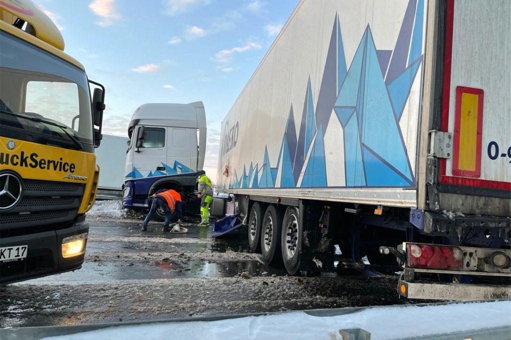 Ein Abschleppunternehmen zog den Lkw zur Seite, sodass der Verkehr rechts an der Unfallstelle vorbeirollen konnte.