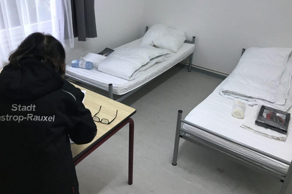 Erstausstattung von Geflüchteten in Castrop-Rauxel: Sie bekommen neues Bettzeug, neues Geschirr und eine Wohnung oder WG-Zimmer gestellt.