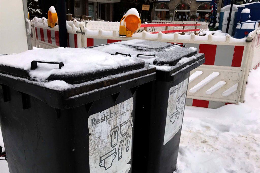 Nach dem heftigen Wintereinbruch blieben viele Tonnen in Dortmund voll.