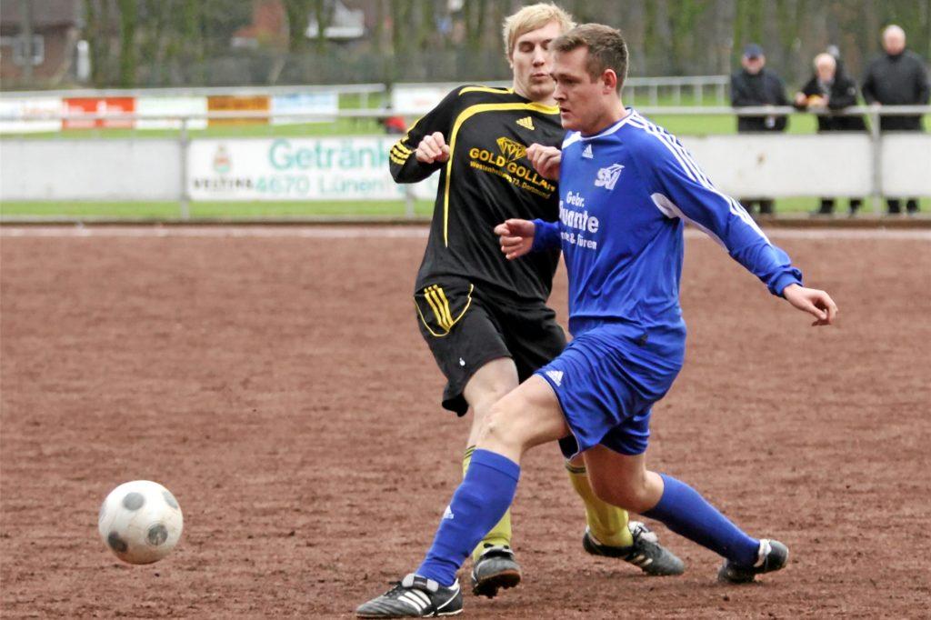 Der SV Südkirchen um Dennis Osmolski (r.) wich auf den Ascheplatz aus.