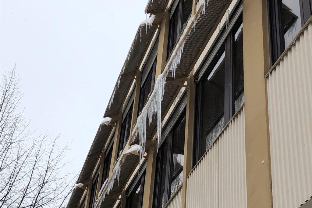 Eiszapfen an Hausfassaden können für Fußgänger gefährlich werden.